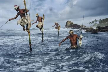 Pescadores en Weligama, Sri Lanka. Foto © Steve McCurry